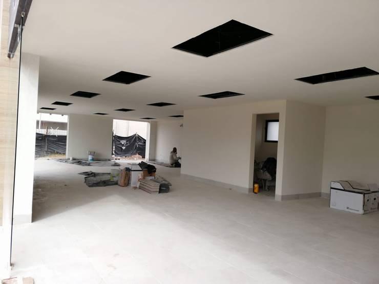 Remodelación de Plaza comercial: Estudios y oficinas de estilo  por VillaSi Construcciones