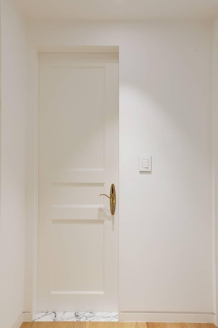 세미클래식과 내추럴이 만나다_분당 두산위브트레지움인테리어: 더집디자인 (THEJIB DESIGN)의  문,