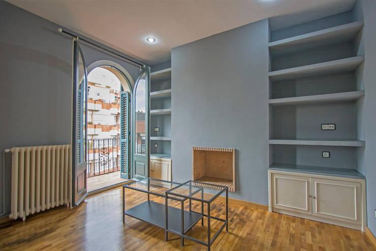 Salón en su estado original:  de estilo  de Impuls Home Staging en Barcelona