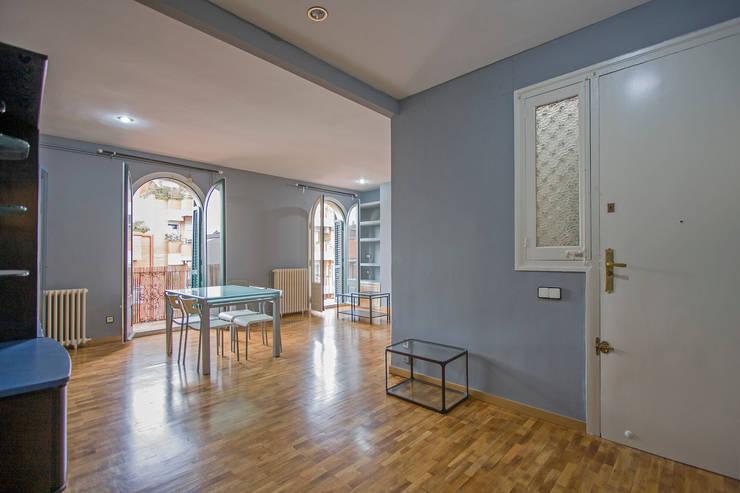 Comedor- salón en su estado original:  de estilo  de Impuls Home Staging en Barcelona