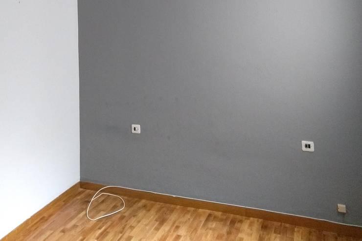 Dormitorio en su estado original:  de estilo  de Impuls Home Staging en Barcelona