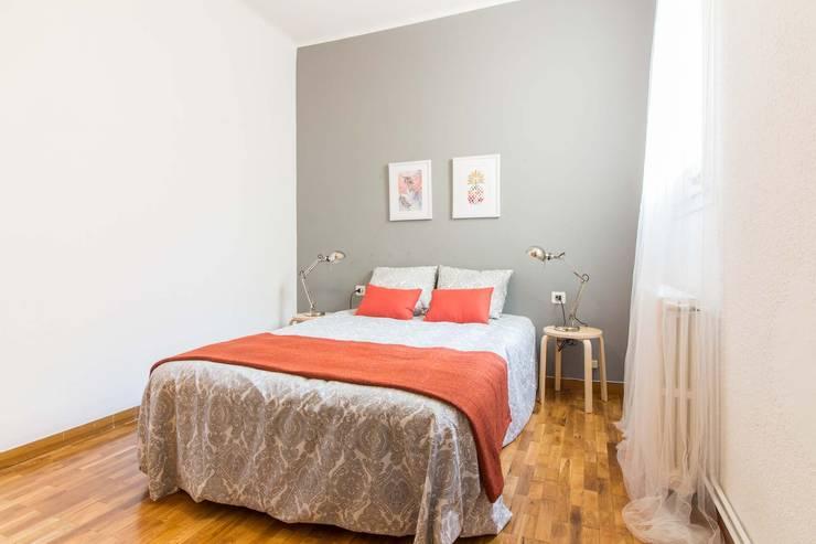 Dormitorio amueblado: Dormitorios de estilo  de Impuls Home Staging en Barcelona
