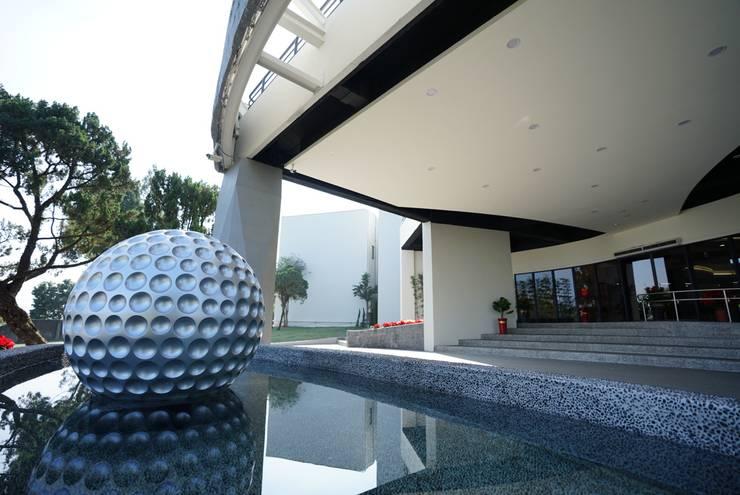 高爾夫球鏡面反射池:  商業空間 by 司創仁和匯鉅設計有限公司