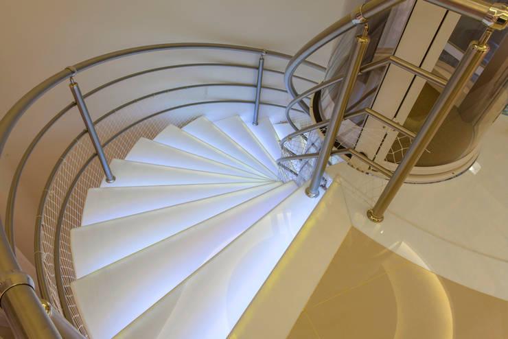 Casa Vanessa: Escadas  por Designer de Interiores e Paisagista Iara Kílaris