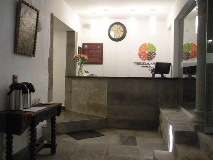 Recepcion: Salas / recibidores de estilo  por Rodrigo León Palma,