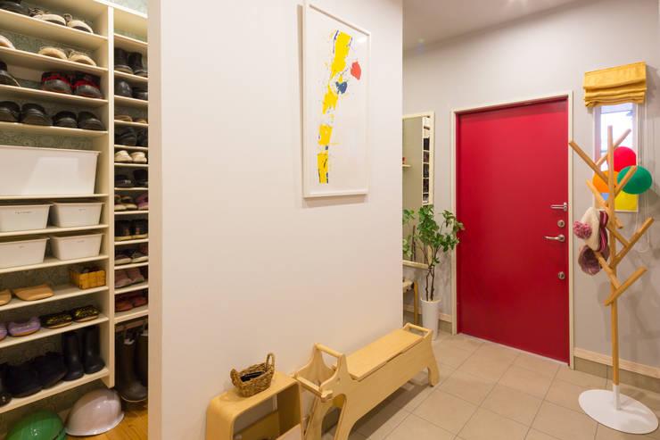 Pasillos y vestíbulos de estilo  por 株式会社アートアーク一級建築士事務所, Escandinavo Azulejos