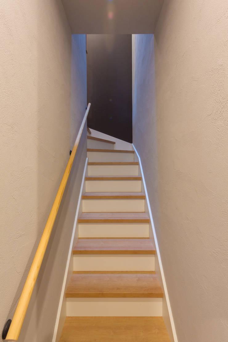 Escaleras de estilo  por 株式会社アートアーク一級建築士事務所, Ecléctico