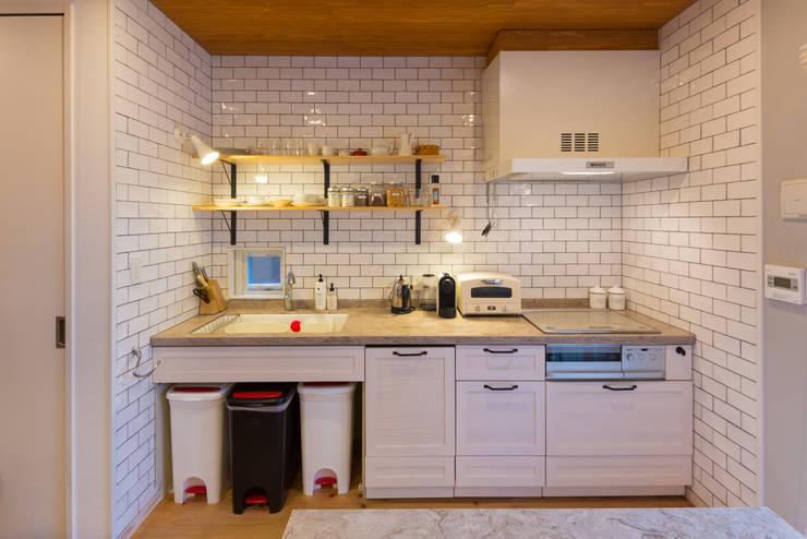 Cocinas equipadas de estilo  por 株式会社アートアーク一級建築士事務所, Ecléctico Azulejos