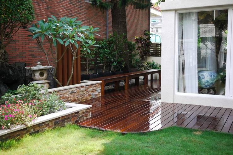 室外庭院的木地板旁設置木製長椅以供休憩:  前院 by 大地工房景觀公司