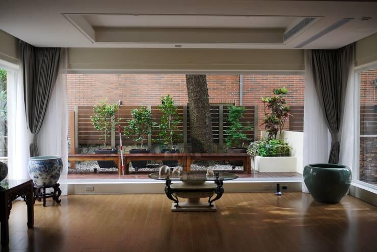 大片的落地窗由內往外望出:  庭院 by 大地工房景觀公司