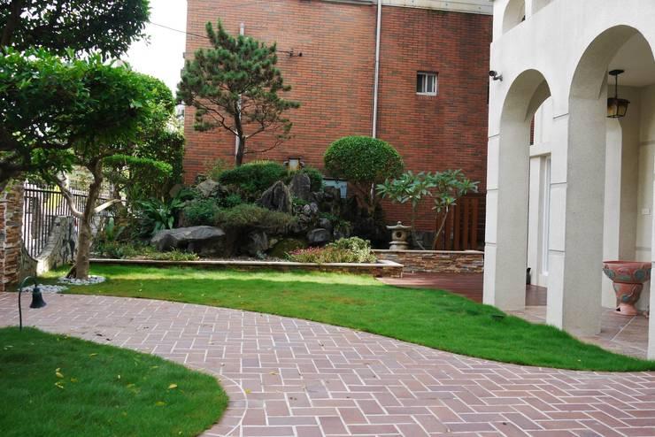 紅磚步道與綠色草皮呈現視覺對比:  前院 by 大地工房景觀公司