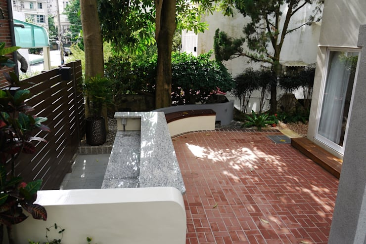 庭院後方吧台:  露臺 by 大地工房景觀公司