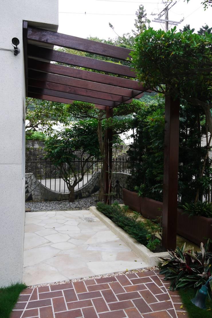 庭園遮陽架可裝上帆布遮陽:  庭院 by 大地工房景觀公司