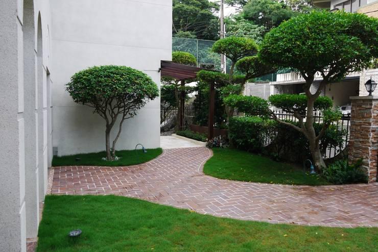 使用風鈴花造型的夜燈點綴空間:  花園 by 大地工房景觀公司