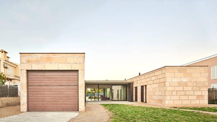 CASA ES CARNATGE: Casas de estilo  de Miel Arquitectos