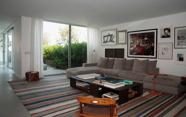 Living room by Toninho Noronha Arquitetura