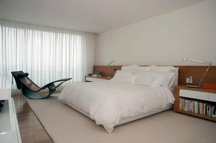 Small bedroom by Toninho Noronha Arquitetura