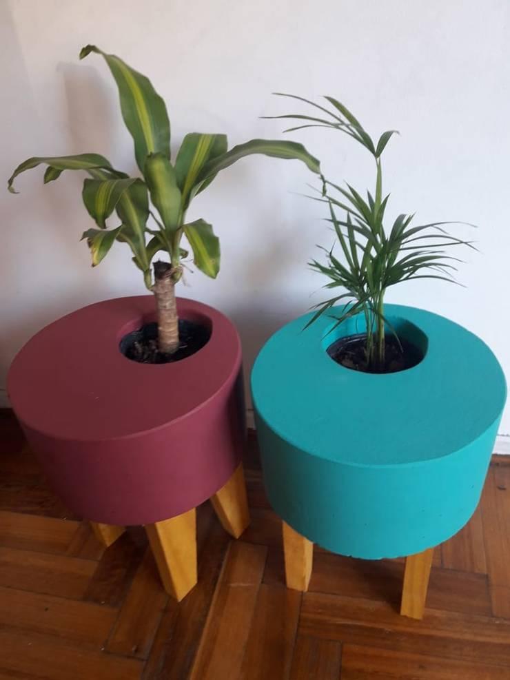 Maceta de cemento pintada color sobre catre de madera. Varios colores: Jardines de estilo  por Taller de Diseño Cementicio,