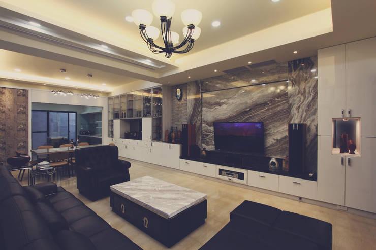客廳電視牆使用有條紋造型的石磚顯得高貴大器:  客廳 by 奕禾軒 空間規劃 /工程設計