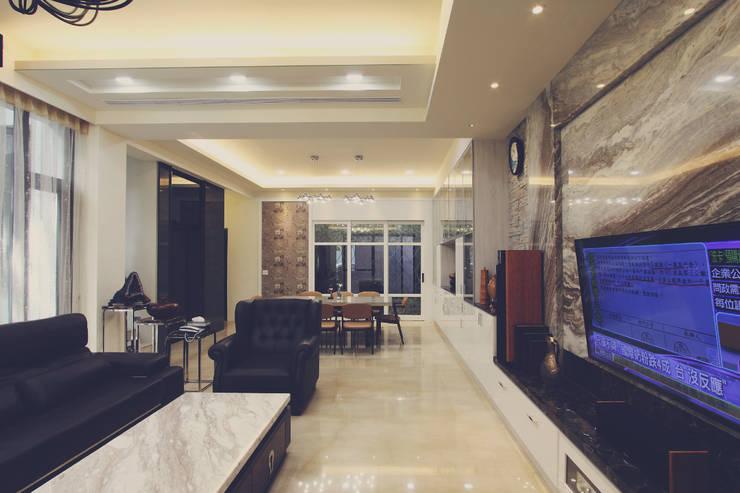 客廳天花板採用漸層設計:  客廳 by 奕禾軒 空間規劃 /工程設計
