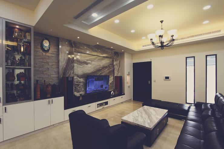客廳桌也用大理石與電視牆做呼應:  客廳 by 奕禾軒 空間規劃 /工程設計