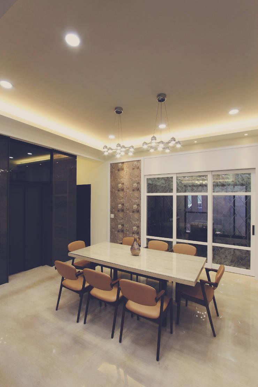餐廳領域使用水晶吊燈讓人更有奢華感:  餐廳 by 奕禾軒 空間規劃 /工程設計