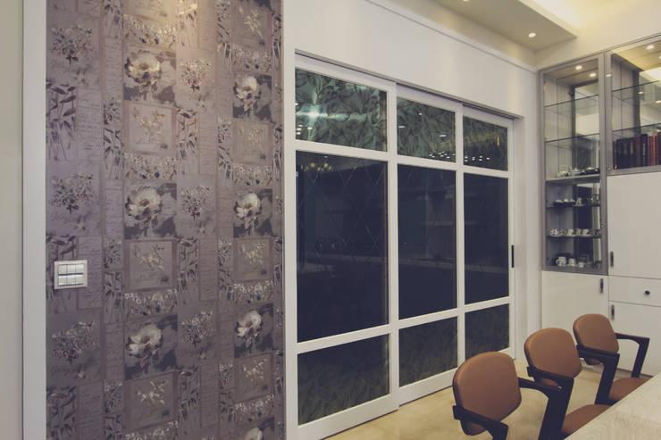 廚房用玻璃拉門與餐廳隔開:  系統廚具 by 奕禾軒 空間規劃 /工程設計