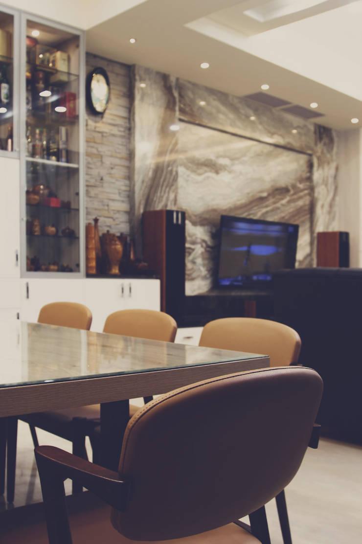 木製餐桌上鋪上玻璃,方便餐後整理:  餐廳 by 奕禾軒 空間規劃 /工程設計