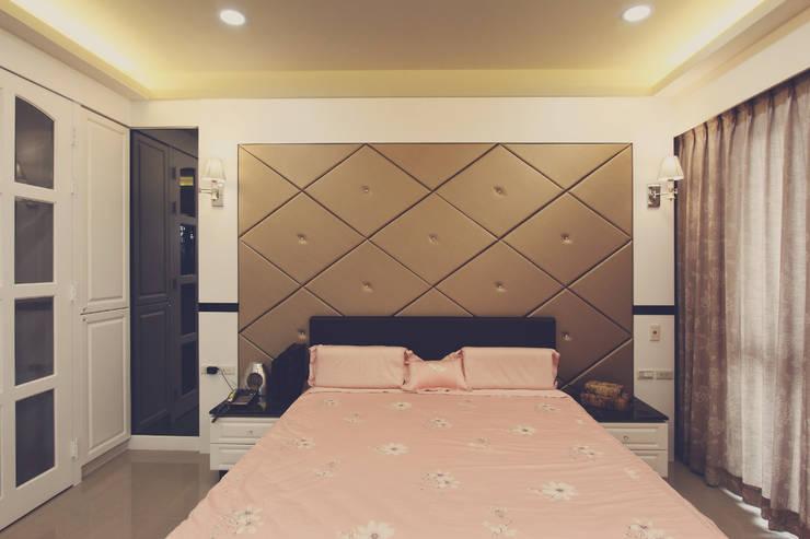 床頭牆使用大片金色帶出古典風味:  牆面 by 奕禾軒 空間規劃 /工程設計