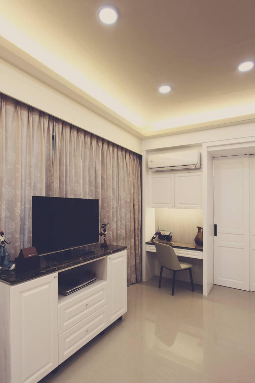 梳妝台是女主人的臥室必備家具之一:  臥室 by 奕禾軒 空間規劃 /工程設計