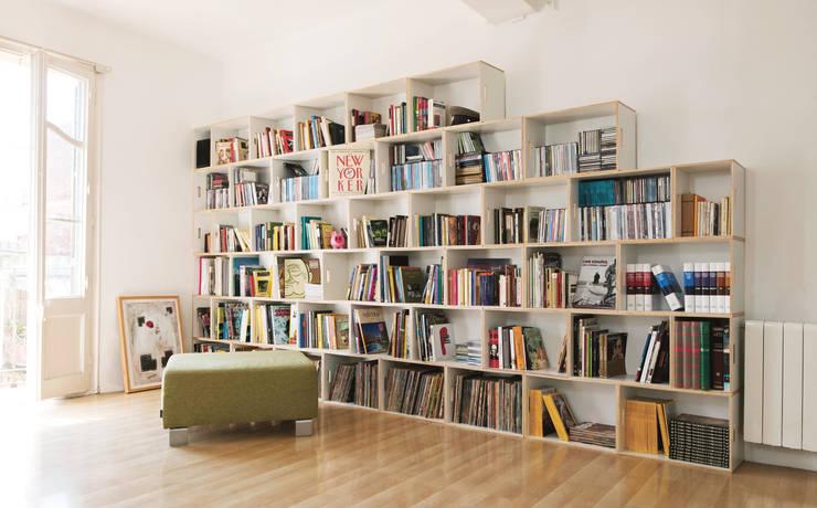 Gran librería modular BrickBox: Salones de estilo  de BrickBox - Portable Shelving Modular System