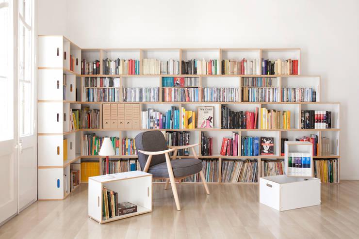 Gran librería modular construida en L y acabado en escalera: Salones de estilo  de BrickBox - Portable Shelving Modular System
