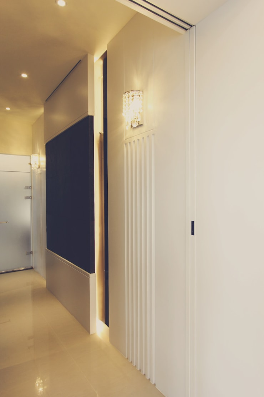 黑色造型拉門打開就是寬敞的更衣空間:  更衣室 by 奕禾軒 空間規劃 /工程設計