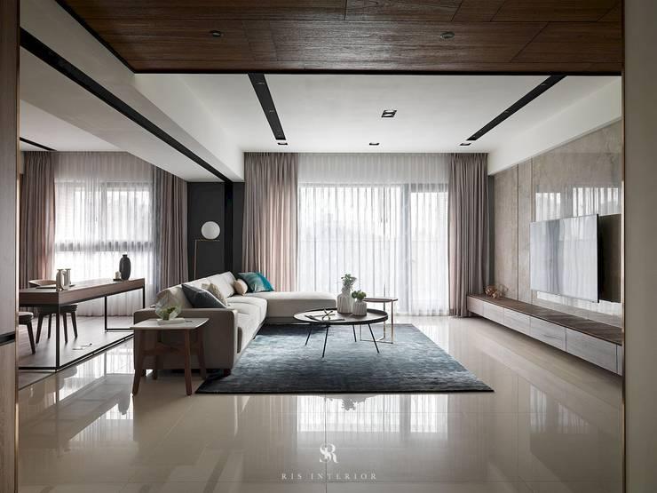 悠.繞 |Leisure.Round:  客廳 by 理絲室內設計有限公司 Ris Interior Design Co., Ltd.
