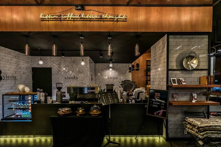 카페인테리어 Vieola coffee: im100 communications의  복도 & 현관,