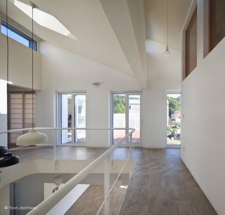 VISTA HOUSE: 건축사사무소 모뉴멘타의  복도 & 현관,