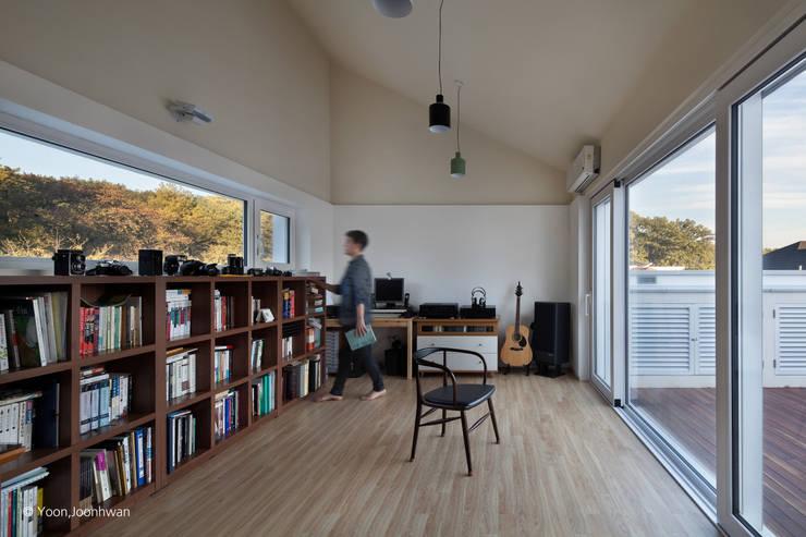 서재: 건축사사무소 모뉴멘타의  서재 & 사무실,