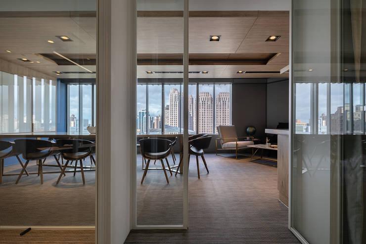 桃園瑞捷國際辦公室:  書房/辦公室 by 伊歐室內裝修設計有限公司