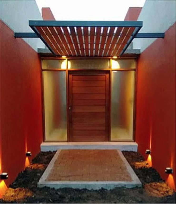Diseño y construcción de Casa <q>patios entre medianeras</q> por 1.61 Arquitectos: Puertas de entrada de estilo  por 1.61 Arquitectos,