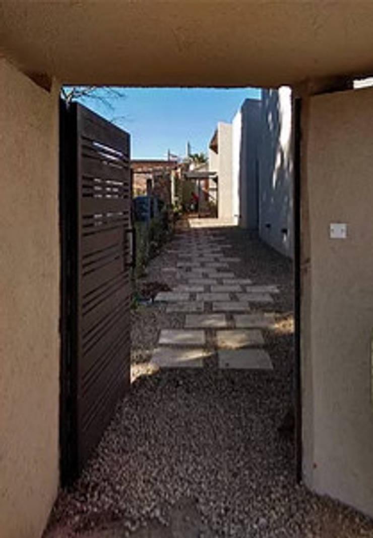 Diseño y construcción de Casa <q>patios entre medianeras</q> por 1.61 Arquitectos: Jardines con piedras de estilo  por 1.61 Arquitectos,