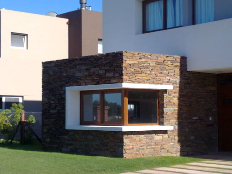 Provisión y colocación de taco de piedra San Luis marrón: Paredes de estilo  por Bugna Piedras,