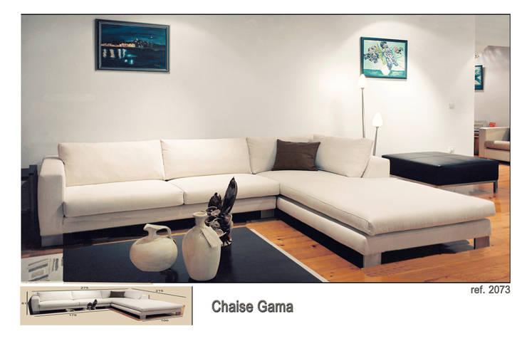 Sofá com chaise Gama: Sala de estar  por Delarte - Fábrica de Estofos e Decoração Lda
