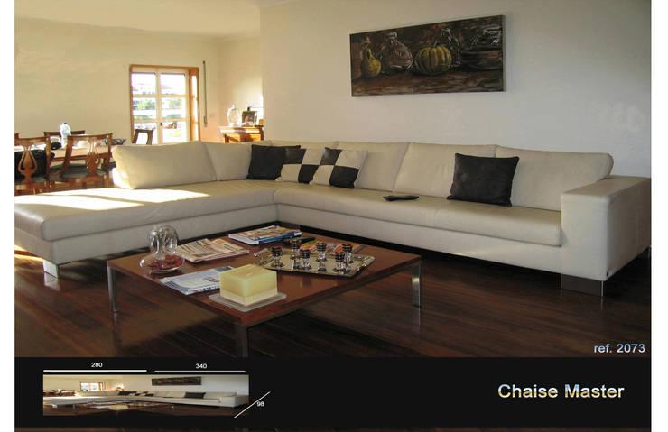 Sofá com chaise Master: Sala de estar  por Delarte - Fábrica de Estofos e Decoração Lda