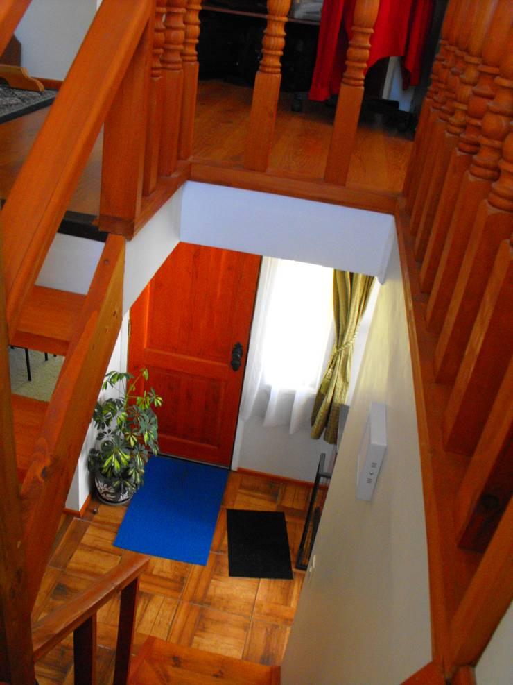 Vivienda V: Escaleras de estilo  por Nomade Arquitectura y Construcción spa