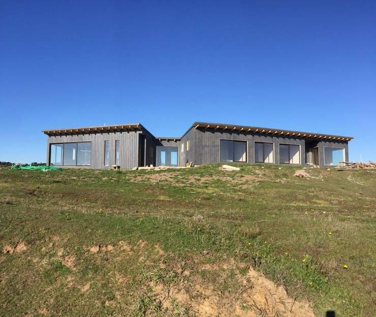 Cabaña en Santos del Mar: Casas de madera de estilo  por AtelierStudio