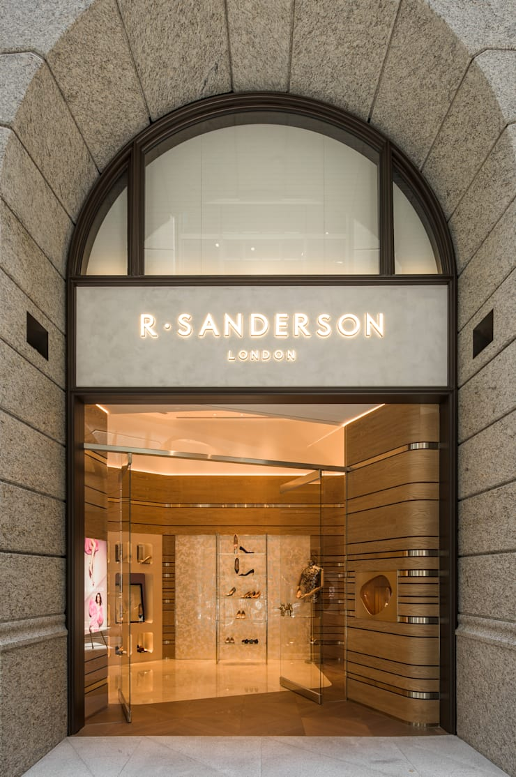 充滿英倫情人風的頂級品牌女鞋店:  辦公空間與店舖 by On Designlab.ltd