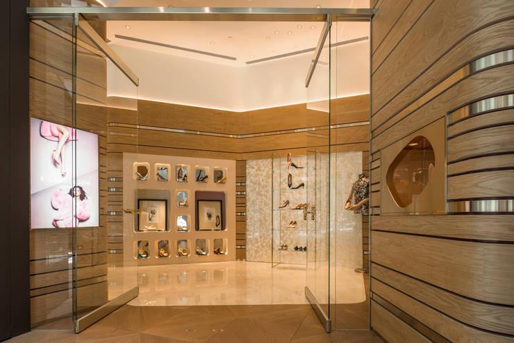 充滿英倫情人風的頂級品牌女鞋店:  玻璃門 by On Designlab.ltd