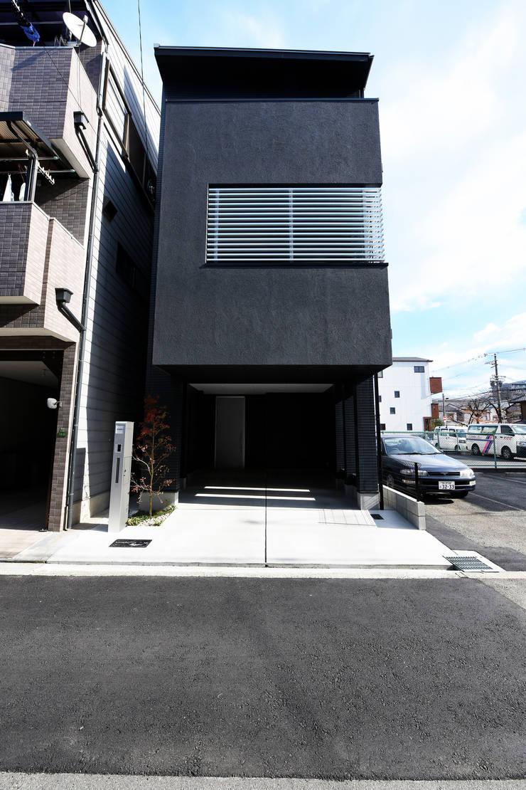 ブラックのシャープな外観: タイコーアーキテクトが手掛けた一戸建て住宅です。,