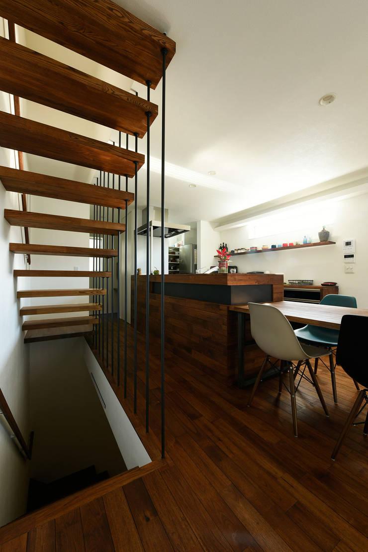大迫力のストリップ階段: タイコーアーキテクトが手掛けた階段です。,