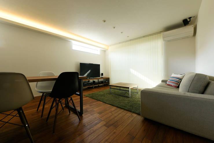 間接照明でおしゃれに演出したリビング: タイコーアーキテクトが手掛けたリビングです。,